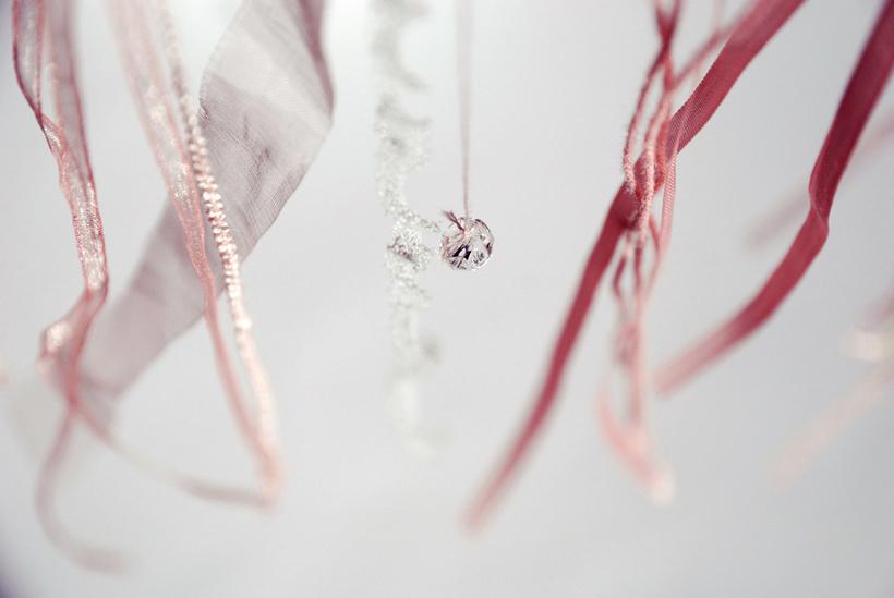 Suspension fils, ruban, perles.